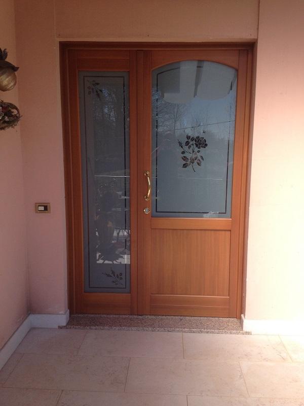 Portoncino d 39 ingresso in legno con inserti in vetro decorato fb barbiero serramenti - Porte in legno con vetro decorato ...